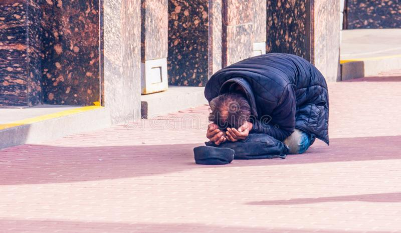 Petersburg, Rosja, 26 04 2018: Bezdomny prożniaczy mężczyzna begg zdjęcie royalty free