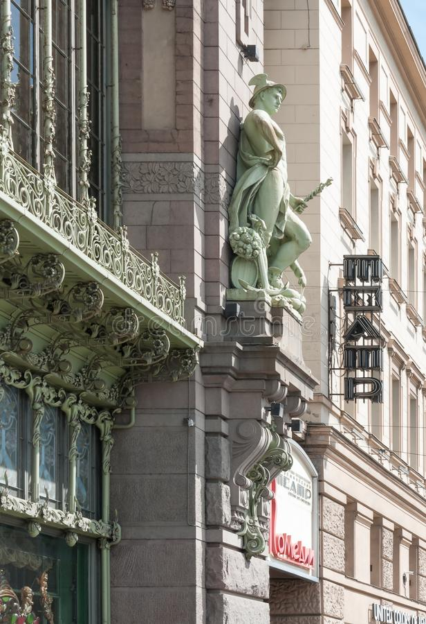 Petersburg Rosja, Maj, - 28, 2017: Rzeźba bóg handel Hermes na fasadzie Komediowy teatr n Akimova Ja zdjęcie royalty free