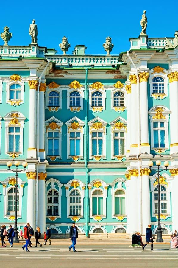 petersburg Rosji st Twierdzi eremu muzeum fasadę i turystów chodzi przy pałac kwadratem obrazy royalty free