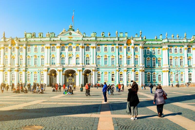 petersburg Rosji st Twierdzi muzeum chodzi przy pałac kwadratem turystów i zdjęcie stock