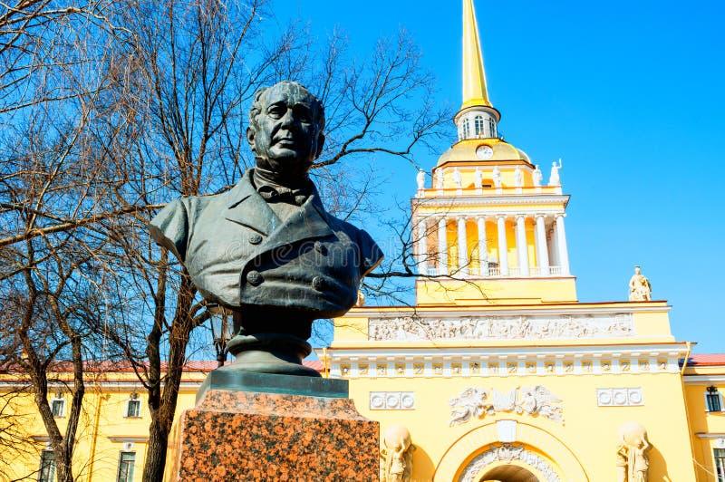 petersburg russia st Byst av statsmannen Alexander Gorchakov och Amiralitetet byggnad, h?gkvarter av den ryska marinen arkivbild