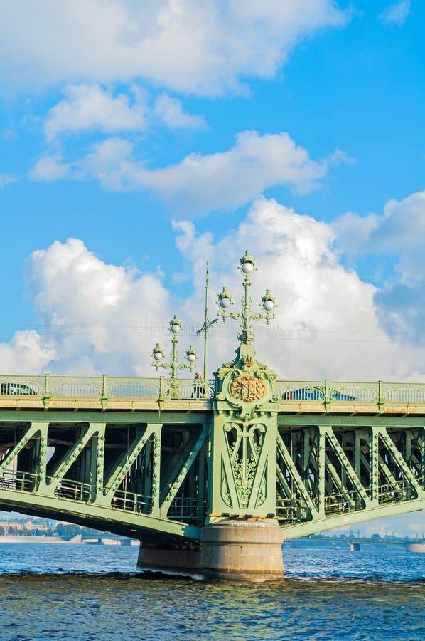 petersburg russia st Closeup av Treenighetbron - basculebro över Nevaen i St Petersburg, Ryssland arkivbild