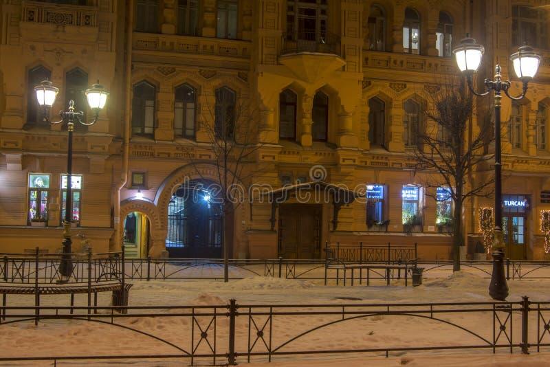 petersburg russia st 04 januari 2019 Vinternattgata i St Petersburg i Ryssland arkivbild