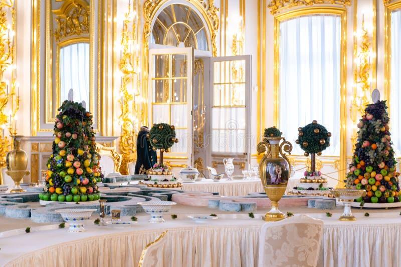 Petersburg, RUSSLAND - 30. APRIL 2019: Süßer Tisch im Dekor des Catherine Palace in Sarskoe Selo, Puschkin lizenzfreie stockfotos