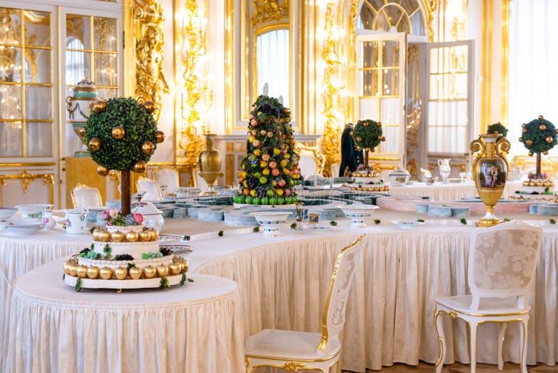 Petersburg, RUSSLAND - 30. APRIL 2019: Süßer Tisch im Dekor des Catherine Palace in Sarskoe Selo, Puschkin lizenzfreie stockfotografie