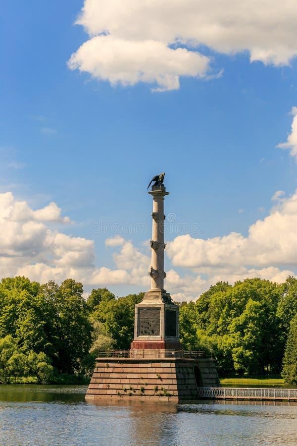 Petersburg Ryssland - Juni 29, 2017: Den Chesme kolonnen på det stora dammet i Catherine Park Tsarskoyen Selo är det statliga mus arkivbild