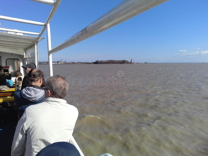 Petersburg-Stadthausleuteautotagesbusschiffspark-Wasserwolke stockbild