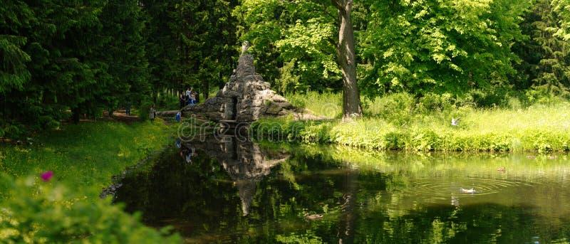 Petersburgo, Rússia - 29 de junho de 2017: Tsarskoe Selo Casa pela lagoa imagens de stock royalty free