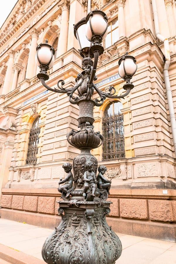 Petersburgo, Rússia - 30 de junho de 2017: Escultura da lanterna foto de stock royalty free