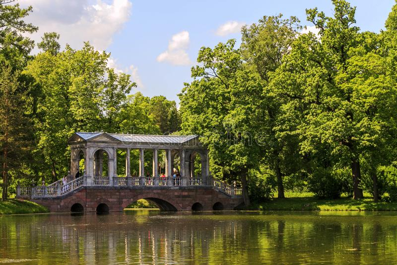 Petersburgo, Rússia - 29 de junho de 2017: Ponte de mármore no parque Tsarskoye Selo, Rússia foto de stock royalty free