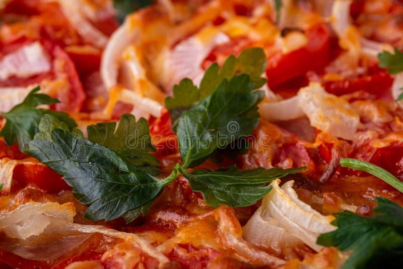 Peterselie groen kruid op pizza met kaasmozarella, hamvlees, tomaat, ui, eigengemaakt recept royalty-vrije stock foto's