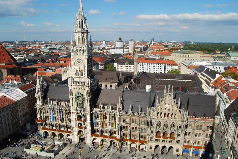 从Peterskirche塔的慕尼黑城镇厅 图库摄影