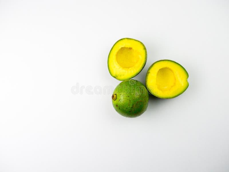 Peterson Avocado, coupe s'est ouvert d'isolement sur le fond blanc photo stock