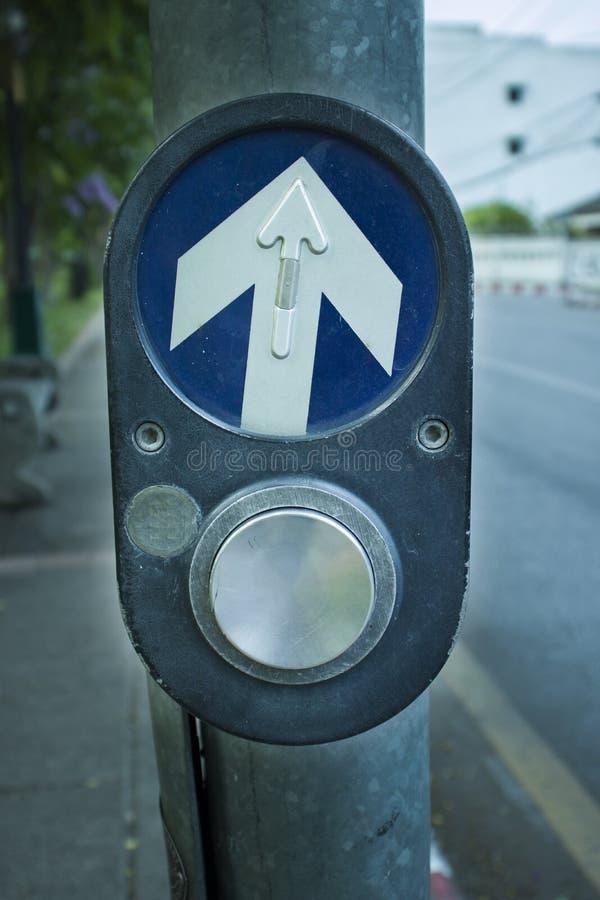Petici?n el?ctrica de los interruptores para pasar con caminar a trav?s de la calle imágenes de archivo libres de regalías