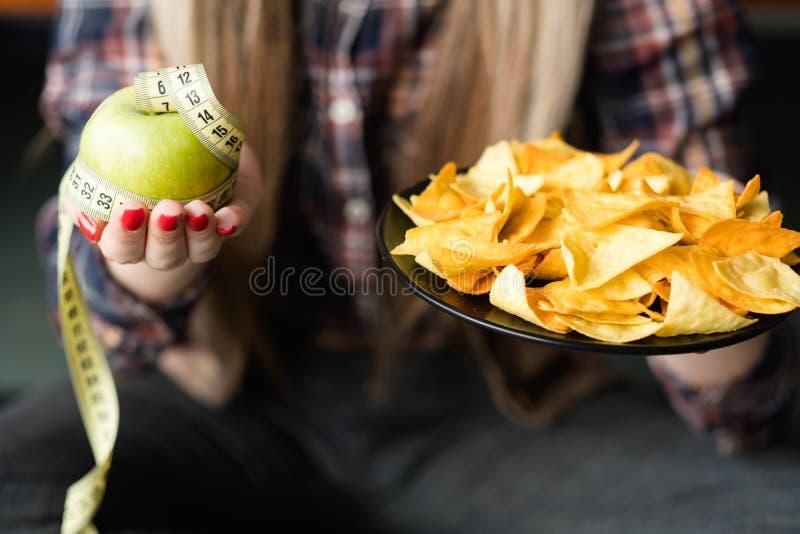 Petisco da maçã das microplaquetas de fast food da nutrição da dieta saudável imagem de stock