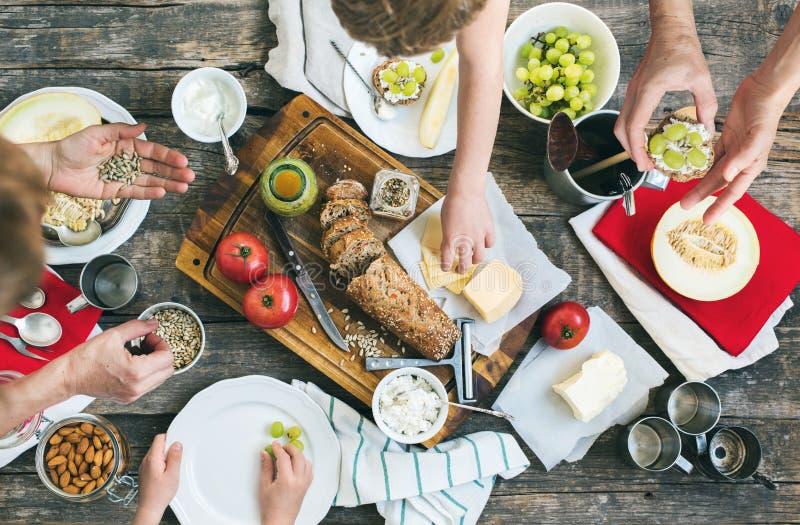 Petisco da preparação para comer na tabela de madeira imagens de stock royalty free
