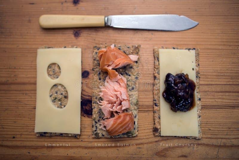 Petisco delicioso Crackerbreads com coberturas fotos de stock