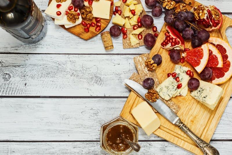 Petisco do vinho do queijo e dos frutos foto de stock