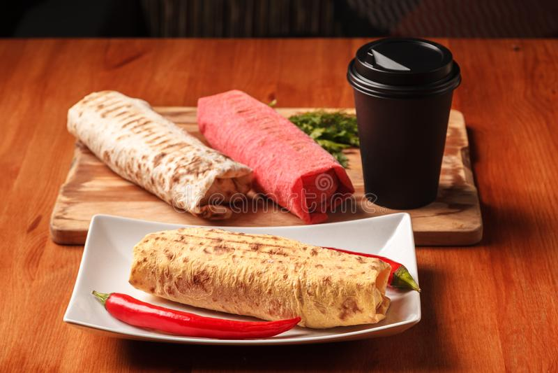 Petisco e café do Oriente Médio tradicionais Rolo fresco do sanduíche de Shawarma do pão colorido do pão árabe do lavash, falafel fotos de stock royalty free