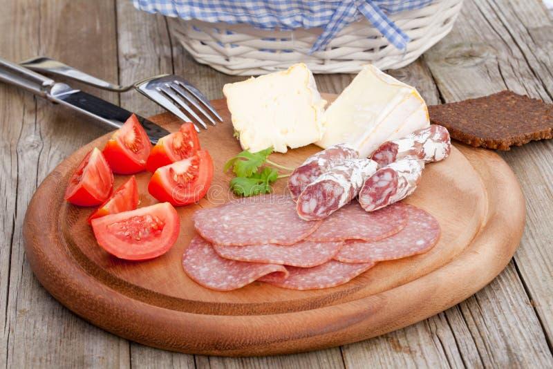 Petisco entusiasta do queijo do Salami do pão fotografia de stock