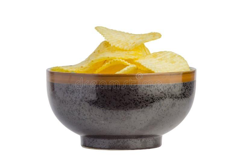 petisco fritado das microplaquetas de batata na bacia isolada no fundo branco, comida lixo O arquivo contem um trajeto de grampea imagens de stock royalty free