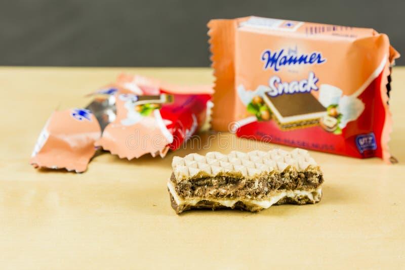 - Petisco mordido sob a forma de uma leitoso-avelã do sanduíche da bolacha - maneira com fome Wien do petisco fotografia de stock