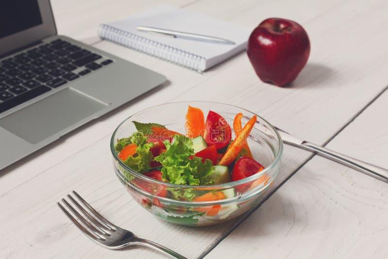 Petisco saudável do almoço de negócio no escritório, na salada vegetal e no café fotografia de stock royalty free