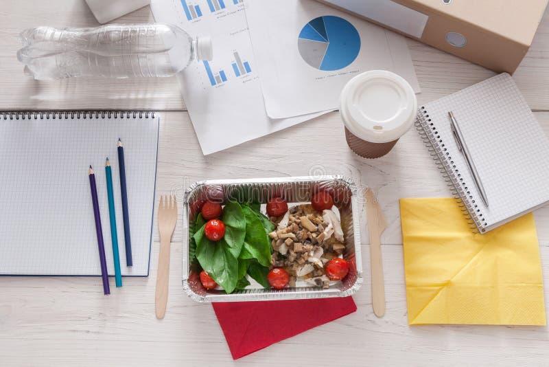 Petisco saudável do almoço de negócio no escritório, salada vegetal imagem de stock royalty free