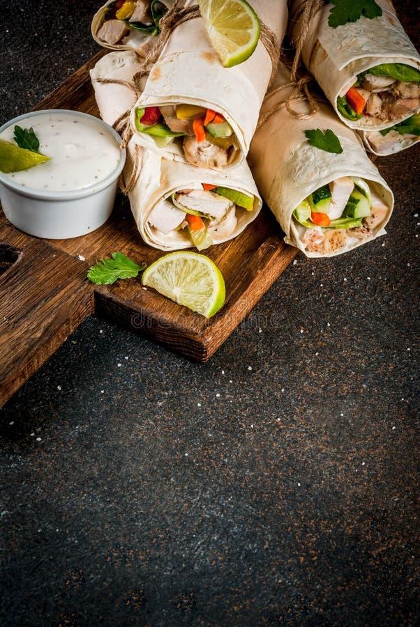 Petisco saudável do almoço Pilha de tortill mexicano do fajita do alimento da rua fotografia de stock royalty free
