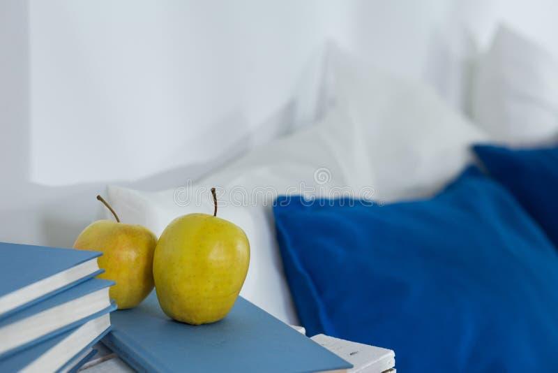 Petisco saudável perto da cama imagens de stock