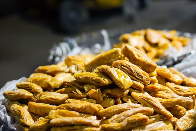 Petiscos de Khaja, fritos mergulhados Dunked em Sugar Syrup, para a venda imagens de stock