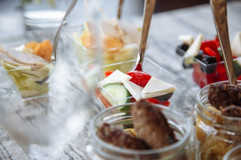 Petiscos deliciosos em um vidro catering fotos de stock