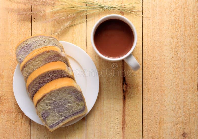 Petiscos do tempo do chá, copo de A de cookies do whit do chocolate, pão e biscoito imagens de stock royalty free
