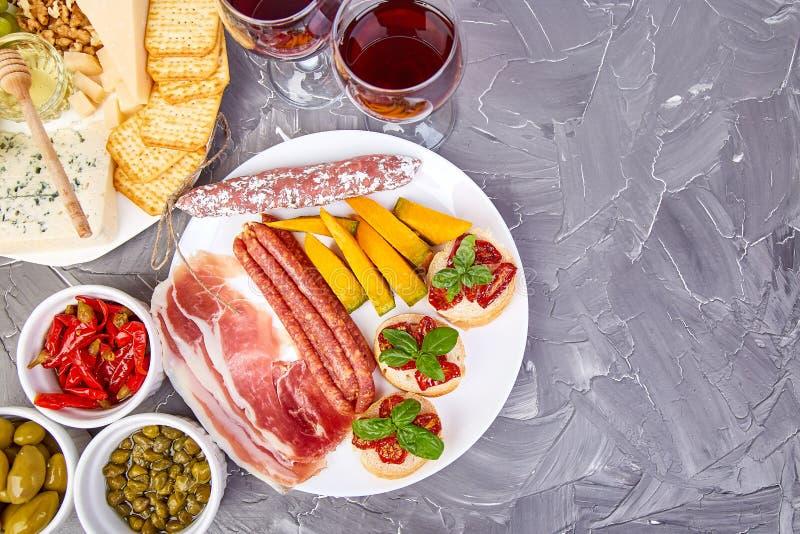 Petiscos italianos do vinho dos antipasti ajustados mediterranean Configuração de Falt Copie o espaço imagem de stock