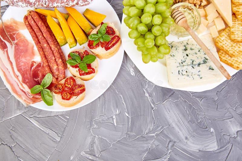 Petiscos italianos do vinho dos antipasti ajustados mediterranean Configuração de Falt Copie o espaço imagem de stock royalty free