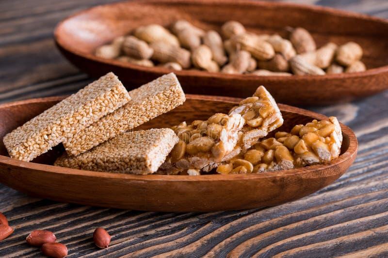 Petiscos - mistura de barras de energia com as sementes do amendoim, do sésamo e de girassol em um fundo de madeira Porcas no car fotografia de stock royalty free