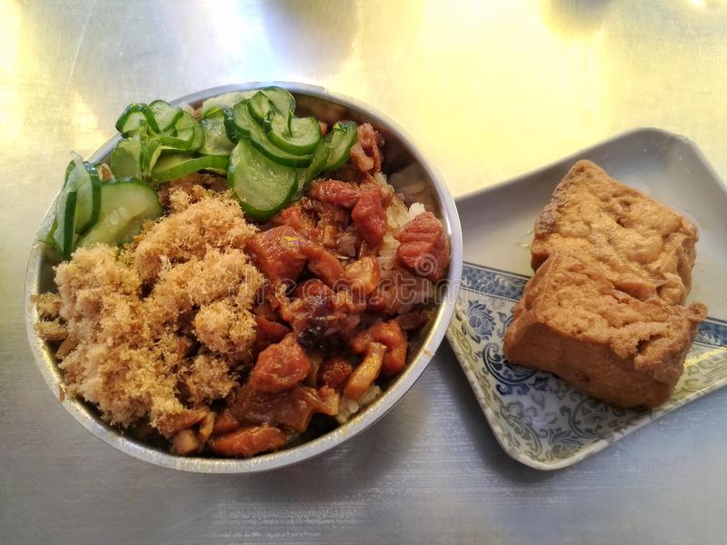 Petiscos tradicionais taiwaneses, carne de porco assada sobre o arroz, pepino e coalho de feijão assado Gostos muito deliciosos imagem de stock