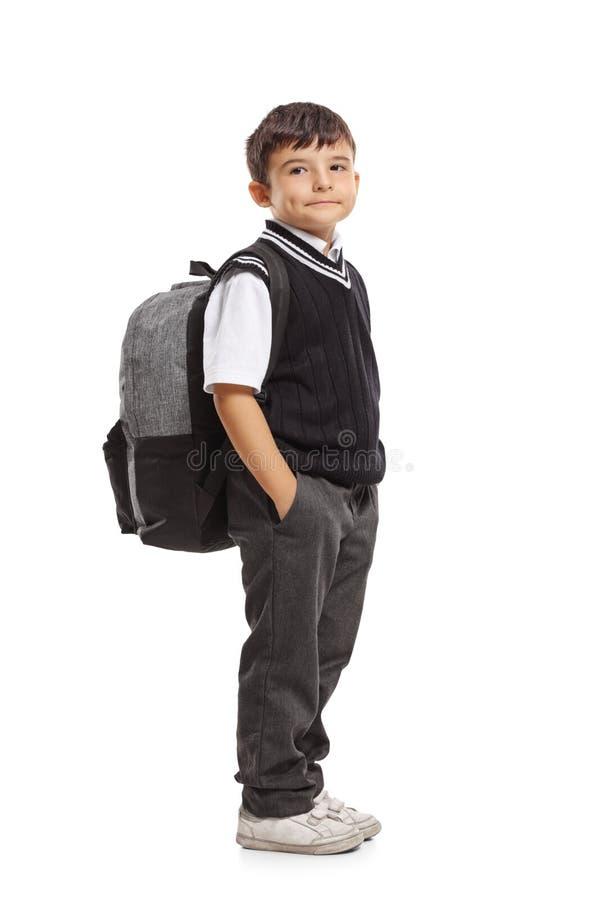 Petit écolier avec un sac à dos photo stock