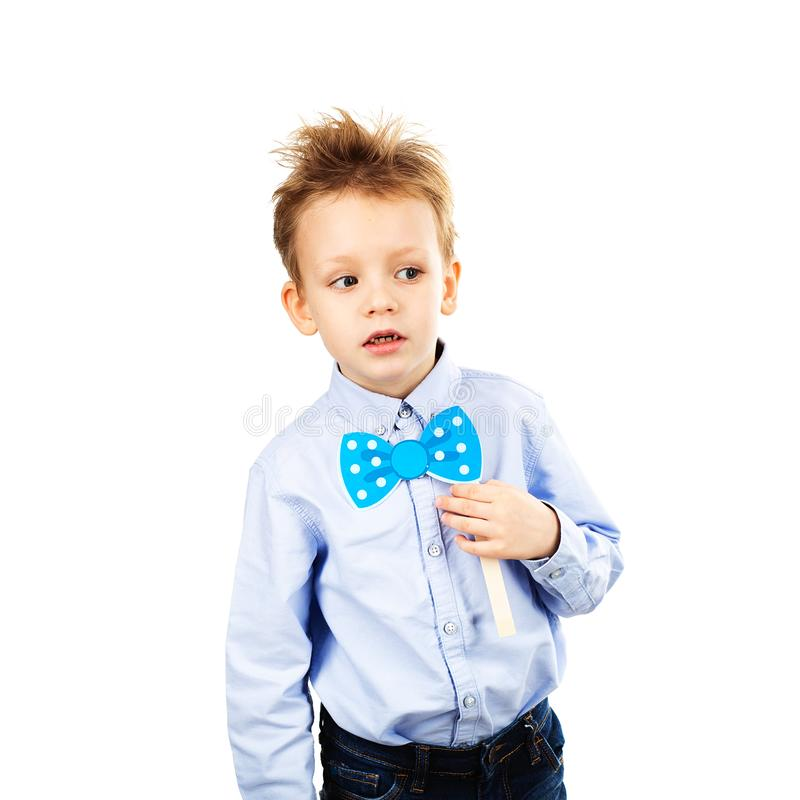 Petit écolier mignon avec le noeud papillon de papier bleu d'isolement sur un whi images libres de droits