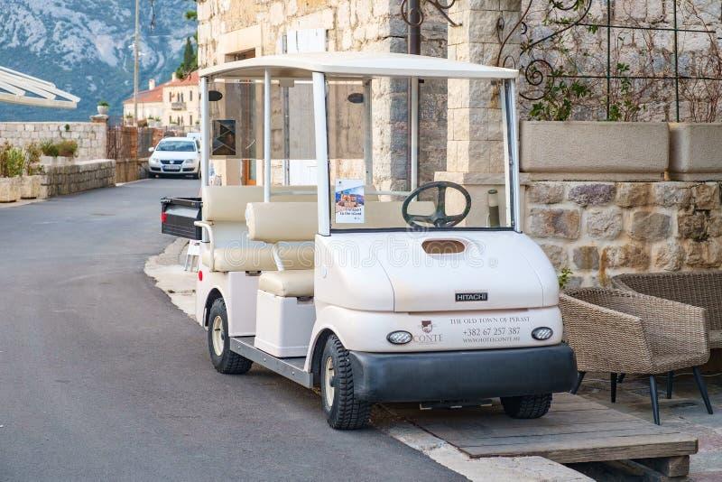 Petit électrique blanc parking sur le bord de la route photographie stock libre de droits