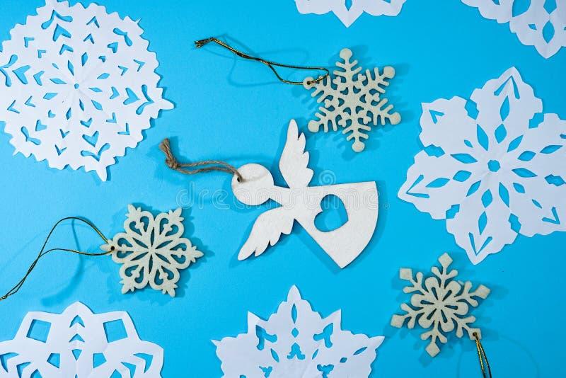 Petit ange de beaux flocons de neige décoratifs coupé du papier sur fond bleu Photo pour la conception de Noël et du nouvel an photo stock