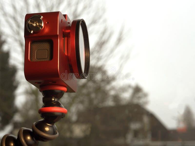 Petit appareil-photo rouge sur un bâti flexible photo stock