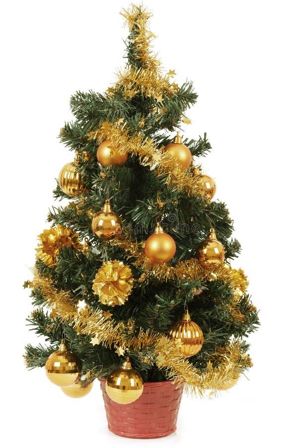 Petit arbre de Noël dans le bac avec les billes jaunes photo libre de droits