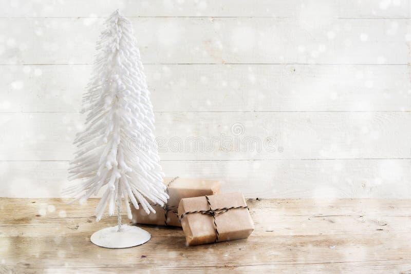Petit arbre de Noël du fil et des cadeaux blancs en papier d'emballage dessus images stock