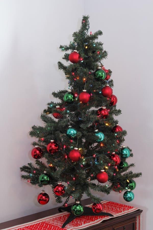 Petit arbre de Noël sur un bureau dans un coin images libres de droits