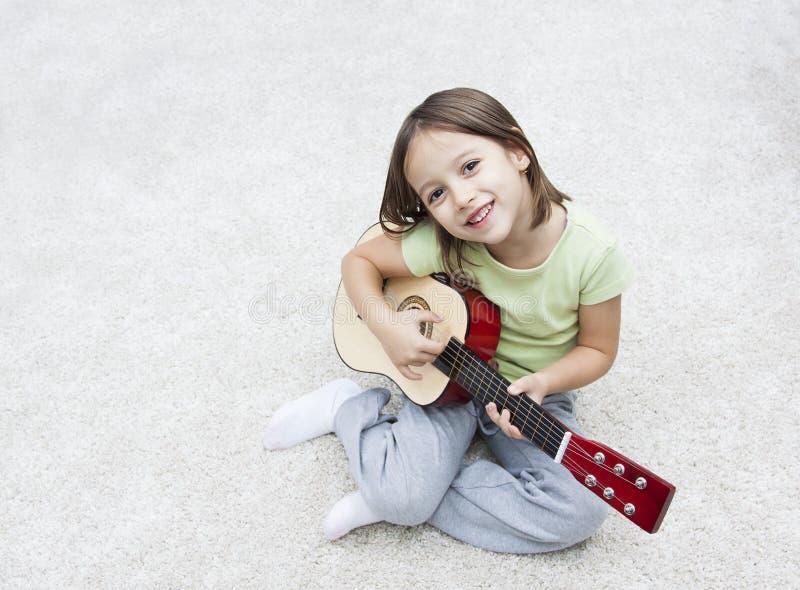 Petit artiste de musicien avec la guitare images libres de droits