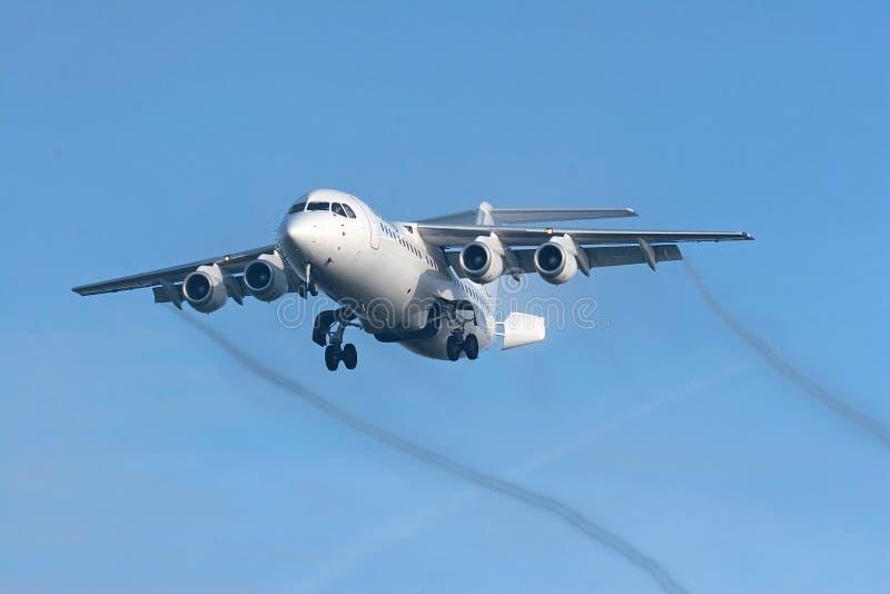 Petit avion à réaction à l'approche finale image stock