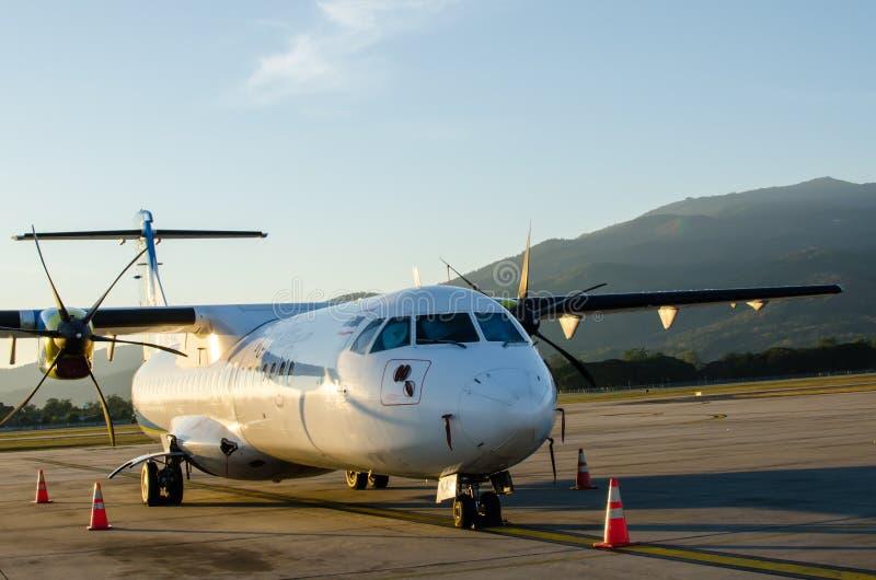 Petit avion ou avion garé à l'aéroport image stock