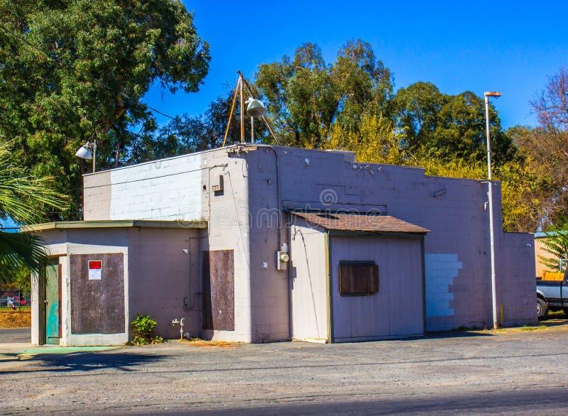 Petit bâtiment commercial abandonné avec embarqué vers le haut de Windows photo libre de droits