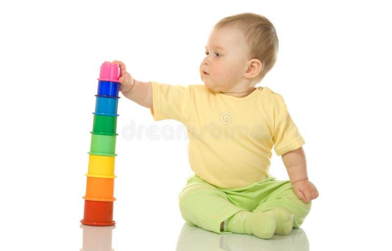 Petit bébé avec la pyramide de jouet d'isolement photos libres de droits